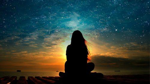 Frau betrachtet Sterne während der Kindheit