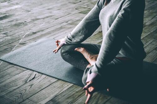 Yoga bei grauen Haaren