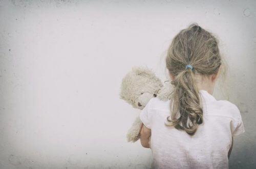 Kind mit Kuscheltier