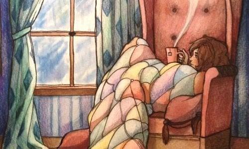 Frau genießt Tee und erlebt Momente des Glücks