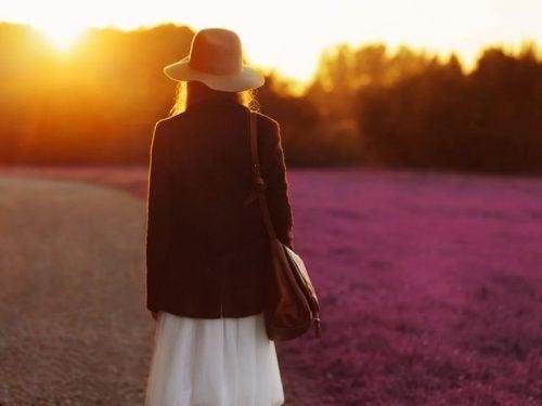 Frau spaziert am Abend in freier Natur