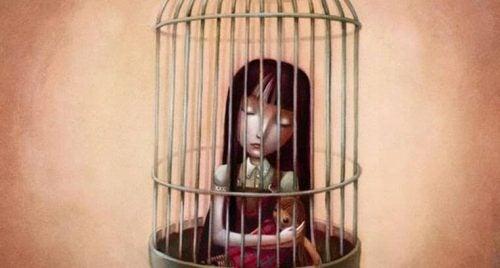 Frau im Käfig