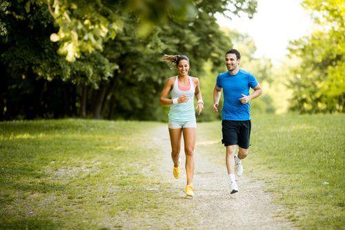 Frau und Mann machen Sport