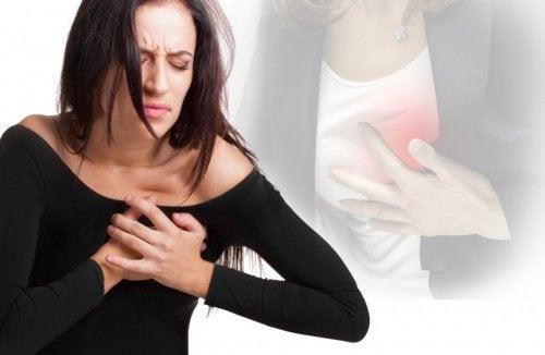 Frau erleidet Herzinfarkt