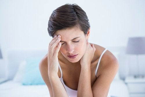 Frau mit Migräne und visuellem Stress