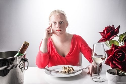 verärgerte Frau isst zu viel
