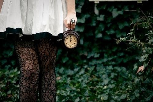 Frau mit Uhr in der Hand möchte glücklich sein