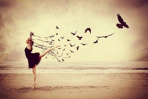Frau tanzt am Meer