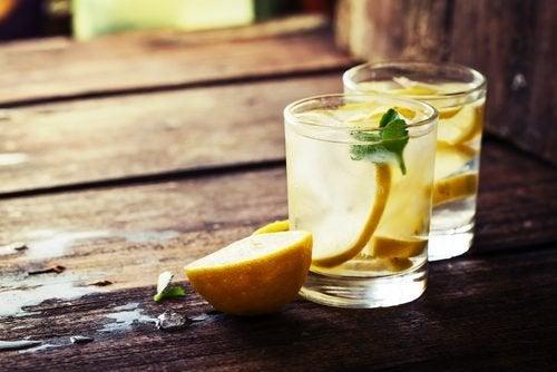 Hausgemachte Limonade mit grünem Tee