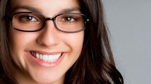 fröhliche Frau mit Brille