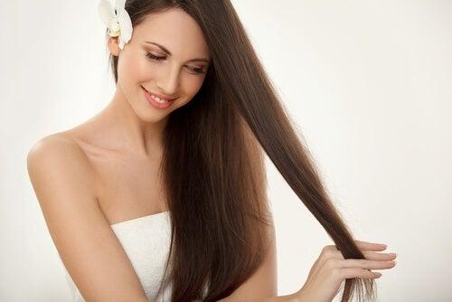 Frau mit schönen langen Haaren