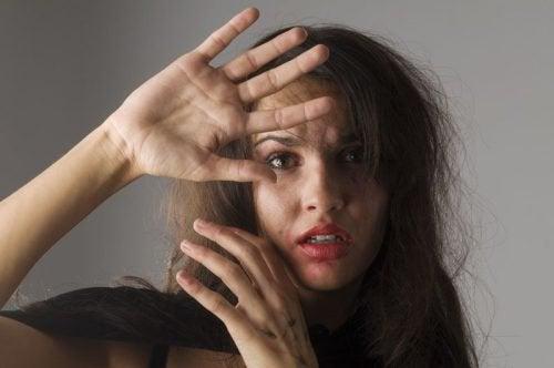 5 Anzeichen, die misshandelte Frauen charakterisieren