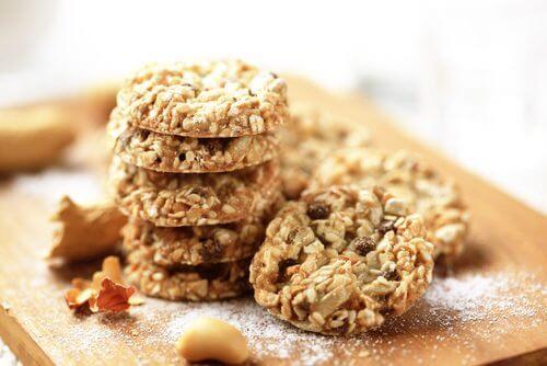 Gesunde, nährstoffreiche Kekse aus Kokosnuss, Haferflocken und Samen