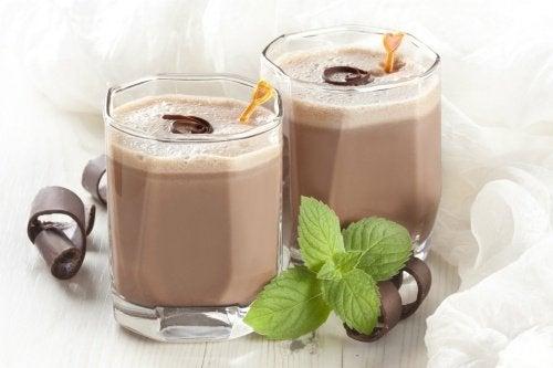 Mixgetränk mit Kakao und Hafer für bessere Leistungsfähigkeit