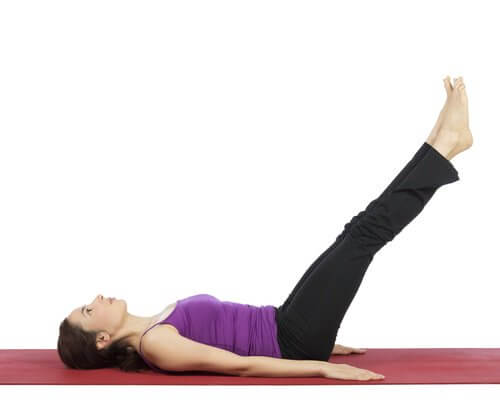 Frau macht Übungen gegen Krampfadern