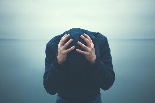 Mann sucht Wege zur Bekämpfung von Angst