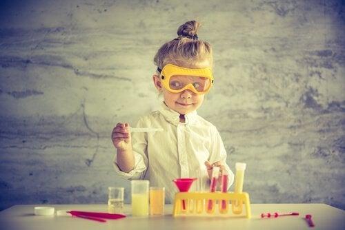 Tipps gegen Stress: mache es wie dieses Mädchen, das das Leben als Kinderspiel und Experiment betrachtet