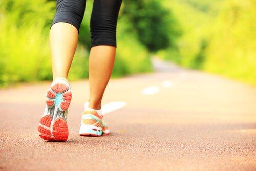 Frau geht in der Natur laufen und lernt Resilienz im Alltag