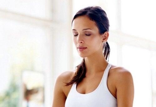 Frau übt Atemtechnik gegen Stress