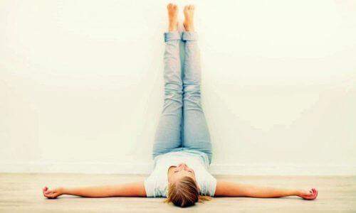 Beine hoch und Körper in Schwung bringen