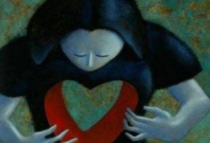 Frau richtet sich nach ihrem Herzen und verwendet Resilienz im Alltag
