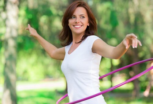 Frau macht Sport und möchte jung bleiben