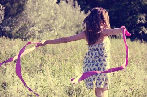 Kind auf der Wiese mit Band denkt an viele Dinge
