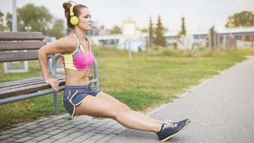 Frau macht Training für starke Oberarme