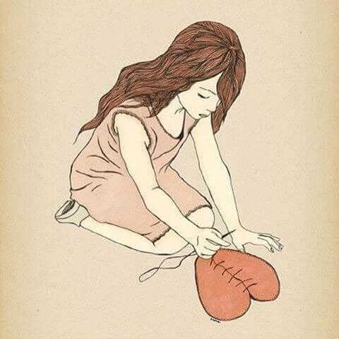 Frau näht zerbrochenes Herz zusammen, Scherben helfen, aus der Vergangenheit zu lernen