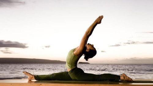 Frau am Strans möchte mit Yoga abnehmen