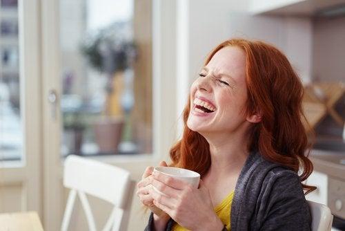 Tipps gegen Stress: Frau trinkt eine Tasse Kaffee und genießt diese Zeit