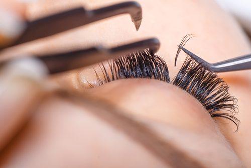 Wimpern mit Pinzette einsetzen und selbstgemachte Wimpernpflege für lange Wimpern auftragen