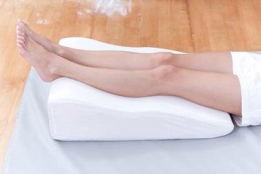 Dekubitusprophylaxe - Druck auf die Fersen durch spezielles Kissen vermeiden
