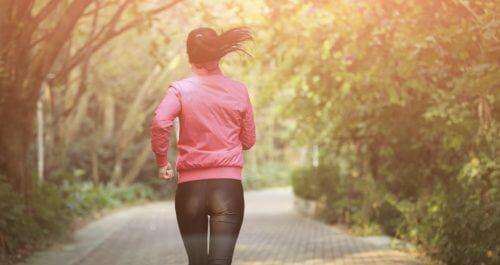 gehe laufen wie diese Frau, um dein Leben zu genießen