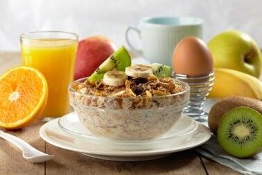 Frühstück zum Abnehmen mit Obst und Saft