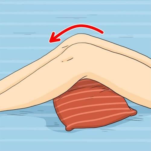Dekubitusprophylaxe - Druckstellen durch Kissen unter den Knien reduzieren