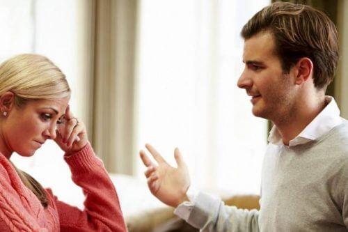 Frau fühlt sich von Mann gekränkt - in Beziehung nicht tolerierbar