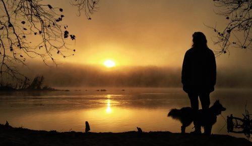 Frau bei Sonnenuntergang will Einsamkeit genießen