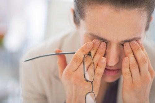müde Frau mit Brille braucht Strategien gegen Schlaflosigkeit