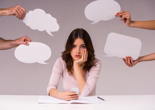 besorgte Frau kann Selbstgespräche führen, um Lösungen zu finden