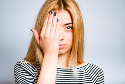 Frau macht Augenübung - sie möchte Sehfähigkeit natürlich verbessern