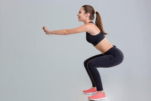 Frau trainiert für flachen Bauch