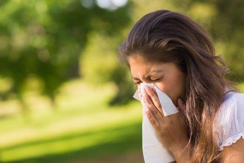 Frau mit Asthma und Allergie