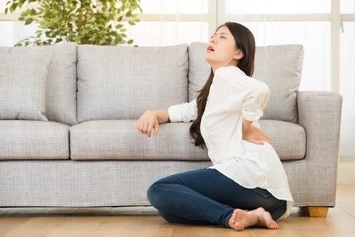 Frau hat Rückenschmerzen aufgrund von Fibromyalgie