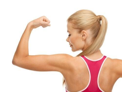 Frau mit starken Muskeln