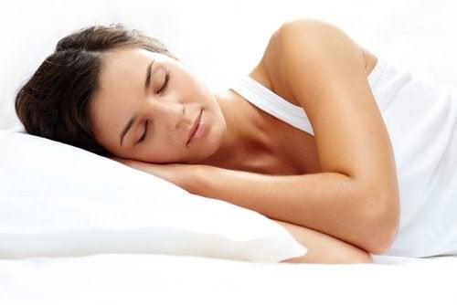 Frau schläft, denn sie möchte jung bleiben