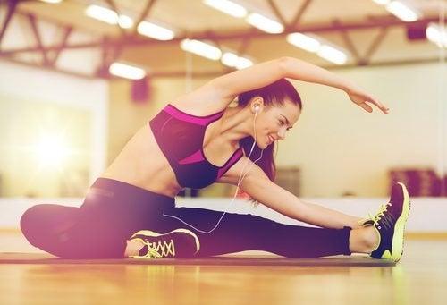 Frau trainiert ihren Rücken