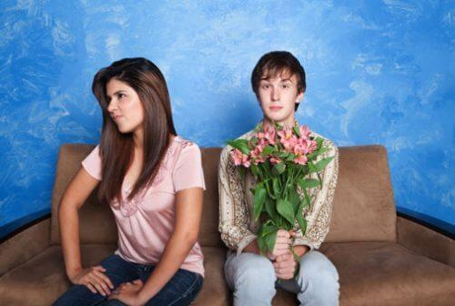 Frau verachtet Mann mit Blumen - in Beziehung nicht tolerierbar