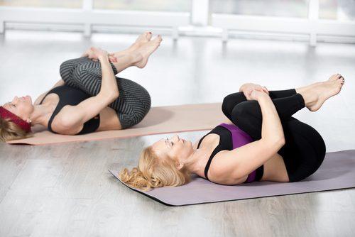 Frauen machen Übungen zur Stärkung des Lendenbereichs