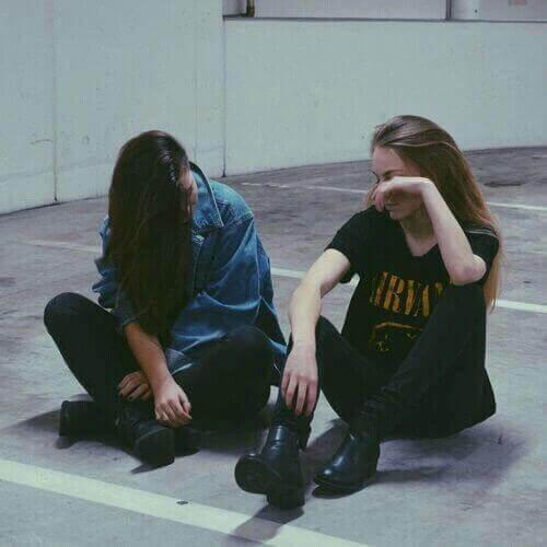 Freundinnen im Gespräch möchten Angst und Nervosität lindern